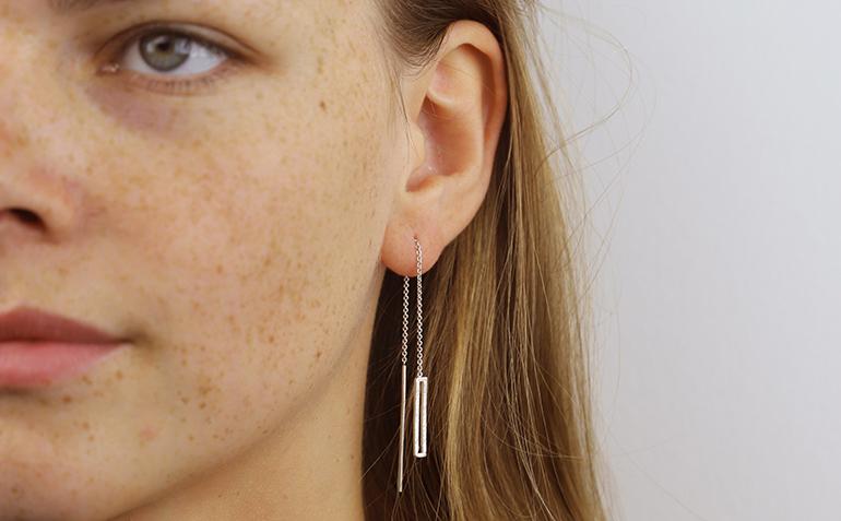 ONNO zilveren oorstekers doortrekkers met staafje en open rechthoekje OS0404